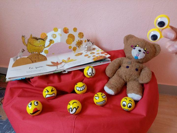 Début du projet «Bien-être à l'école» dans les classes maternelles. Merci à Solène et Marie pour leurs interventions.